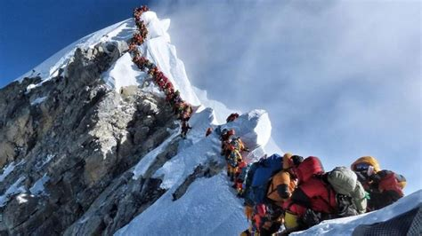 indians die  mount everest traffic jam mountaineers