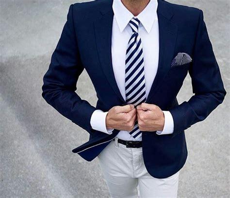 blauer anzug auf wei 223 em hemd mit passender krawatte business stilratgeber f 252 r m 228 nner anzug