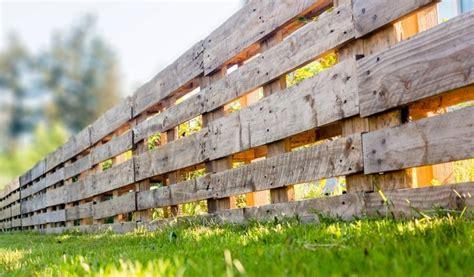 Gartenzaun Aus Paletten by Palettenzaun Einen Zaun Aus Paletten Selber Bauen
