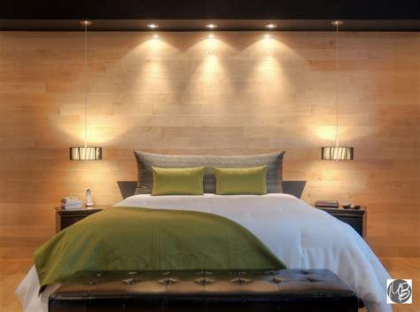 chambre avec mur en habiller murs fenêtre et lit dans la chambre à coucher