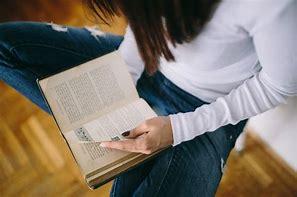 Resultado de imagen de leyendo un libro