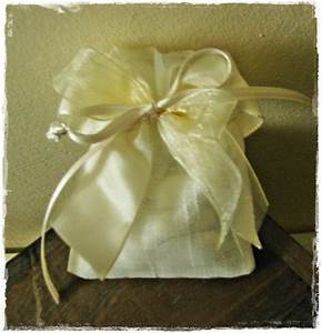 Pin Idee Per Bomboniere Solidali Laurea E Battesimo On
