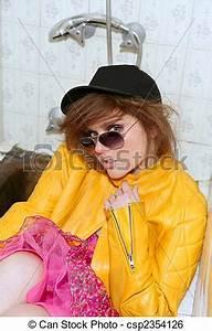 Achtziger Jahre Mode : stock bild von achtziger jahre mode metapher frau gelber jacke csp2354126 suchen sie ~ Frokenaadalensverden.com Haus und Dekorationen