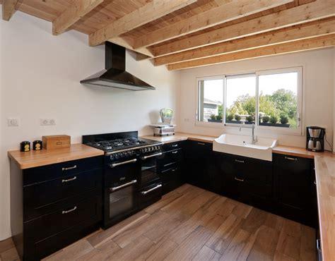piano de cuisine cuisine intemporelle avec piano de cuisson et évier timbre