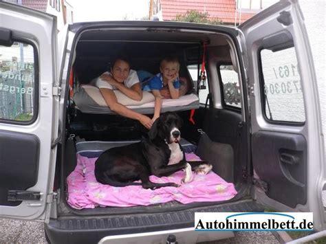 auto schlafen umbau autohimmelbett mit grossem hund viel platz hinter und