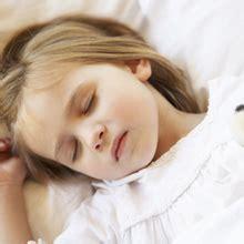 a quel age met on bebe dans une chaise haute a quel âge bébé dort sans couche