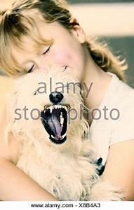 Kuscheln Auf Englisch : m dchen 9 kuscheln mit einem jungen mischlingshund stockfoto bild 61904861 alamy ~ Eleganceandgraceweddings.com Haus und Dekorationen