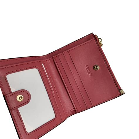 Our modern vision is reimagining luxury and style. COACH SNAP CARD CASE IN SIGNATURE CANVAS coach1093L2 - ₱2,853