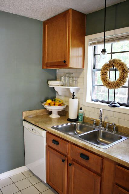 paint colors against oak cabinets i blue wall paint against oak cabinets if you re stuck with oak cabinets that is