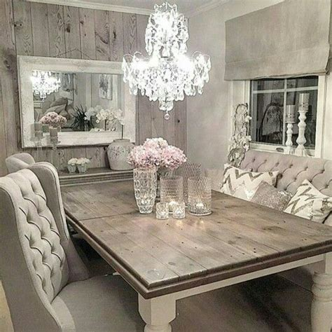 table en bois et chaises capitonnées home