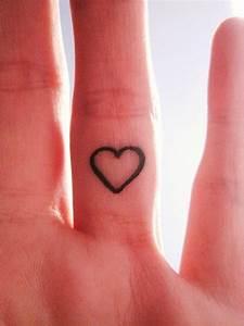 Finger Tattoo Symbole : little heart tattoo on finger a symbol of love cute tattoo ~ Frokenaadalensverden.com Haus und Dekorationen