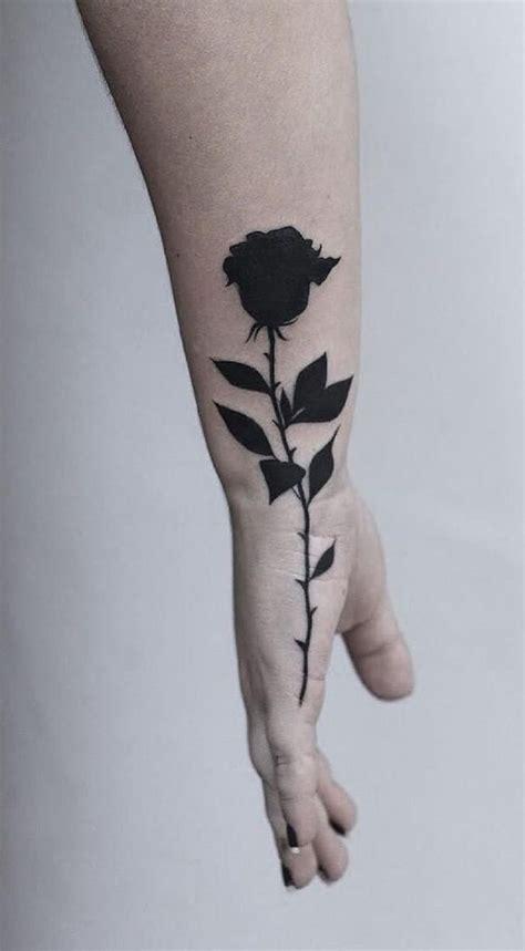 Tatuajes de rosas negras: significado y recopilación de