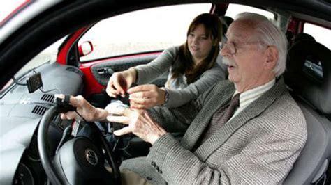 autos für senioren senioren am steuer mehr unf 228 lle adac stellt sich vor 228 ltere autofahrer auto