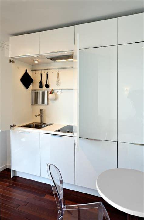 meuble cuisine coulissant ikea la cuisine est totalement cachée dans un meuble fables de murs