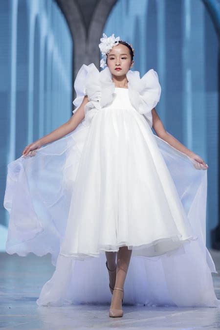 child models put  stunning display  vietnam junior