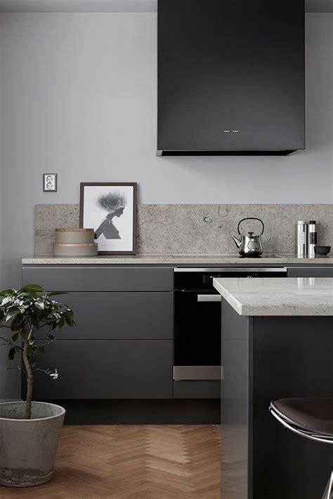 Moderne Graue Küche Mit Kalksteinarbeitsplatte Und