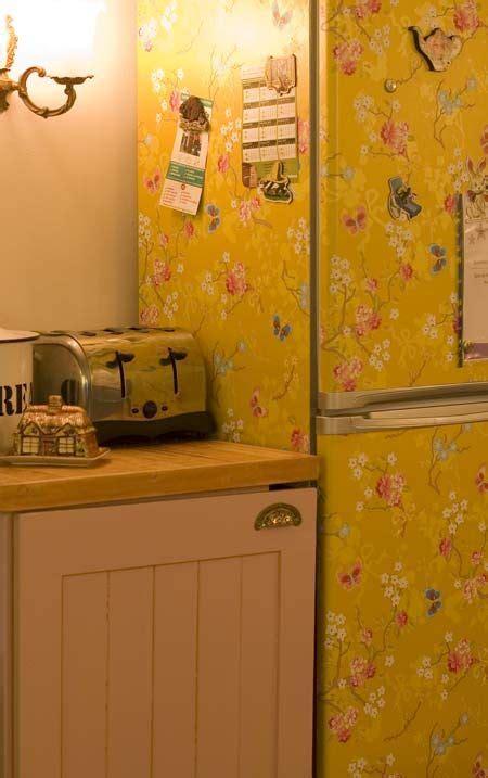 refrigerateur recouvert de papier peint ooh