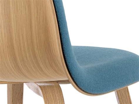 chaise tissu et bois chaise gubi chair bi matière bois et tissu