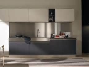 küche montieren küchenrückwand aus alu für effektiven spritzschutz