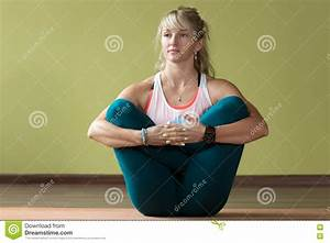 Actitud De La Yoga De Garbha Pindasana Foto de archivo ...