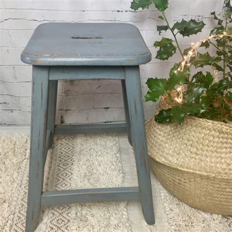tabouret de ferme ou d atelier ancien en bois pied oblique patine bleu