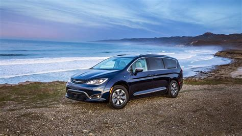 2017 Chrysler Pacifica Hybrid Review & Rating