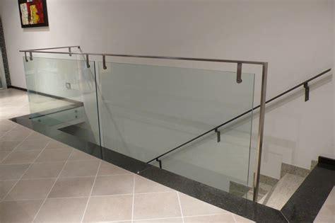 ringhiera in vetro e acciaio scale a sbalzo elicoidali a chiocciola con ringhiere in