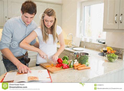 livre cuisine homme légumes de coupe de femme avec l 39 homme lisant le livre de
