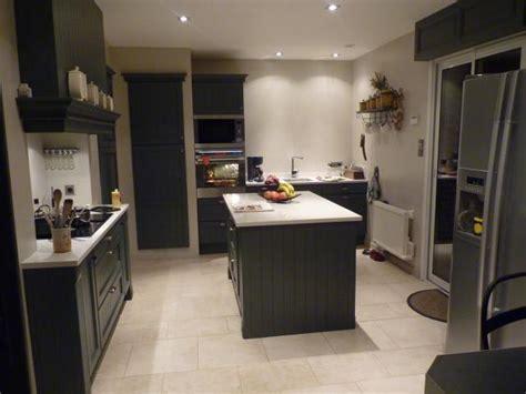 cuisine gris clair et blanc cuisine cottage rainurée gris anthracite avec technostone