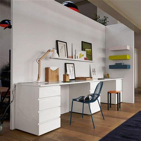 long bureau blanc avec une pointe de couleurs bureau