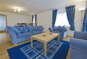 salon bleu 50 idees deco pour integrer le bleu dans son With tapis moderne avec canapé en cuir bleu marine