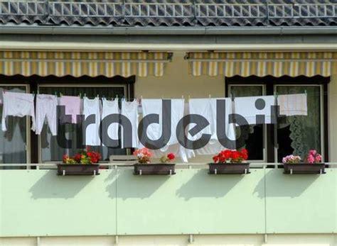 Wäsche Aufhängen Balkon by W 228 Sche Trocknen Auf Einer W 228 Scheleine Am Balkon Runterl
