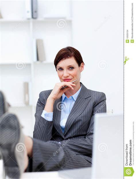 dans le bureau femme d 39 affaires s 39 asseyant dans le bureau avec des pieds