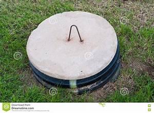 Couvercle Fosse Septique Plastique : couvercle de fosse septique au milieu d 39 une cour photo ~ Dailycaller-alerts.com Idées de Décoration