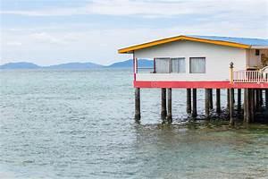 Wasser Entkalken Haus : ein haus auf stelzen ber wasser stockbild bild von ~ Lizthompson.info Haus und Dekorationen