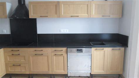 cuisine noir et bois pierres et decor plan de travail en granit marbre et