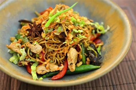 cuisiner des nouilles chinoises nouilles chinoises sautées au poulet parfumé la recette