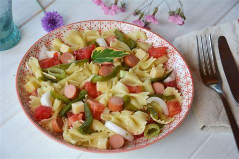 cuisiner du mais salade de pâtes paysanne et légèrement régressive tomate poivron knackis emmenthal