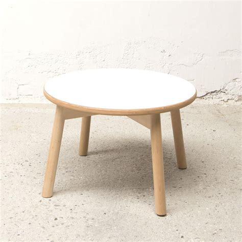 Kleine Runde Tische by Kleine Runde Tische Aus Holz Und Weien Mit Einem Langen