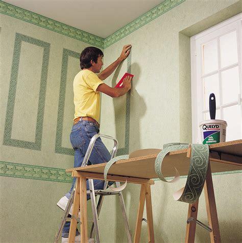plinthe cuisine la pose du papier peint avec frise