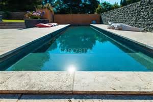 piscine en naturelle travertin gris carrelage et
