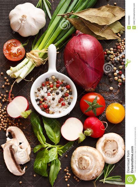 Grönsaker och kryddor. arkivfoto. Bild av medf8ort, arom ...