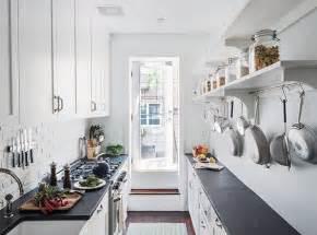 small galley kitchen storage ideas wąska kuchnia z wyjściem na ogr 243 d w bieli zdjęcie w 8022