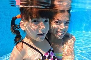 Rustine Piscine Sous L Eau : les filles heureuses nagent sous l 39 eau dans la piscine photo stock image du famille ~ Farleysfitness.com Idées de Décoration