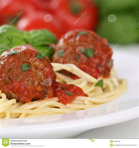 spaghetti italiens de cuisine avec le repas de p 226 tes de nouilles de boulettes de viande photo