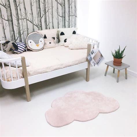 tapis chambre bebe fille tapis nuage pastel pour chambre bébé fille par lilipinso