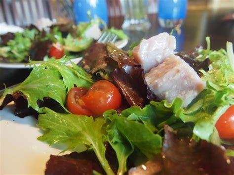 plat cuisiné sous vide modernist cuisine sous vide tuna confit on green salad