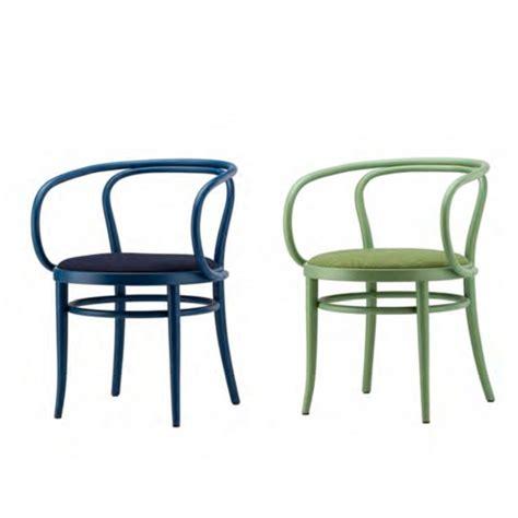 chaises thonet thonet donne de la couleur à la célèbre chaise 209