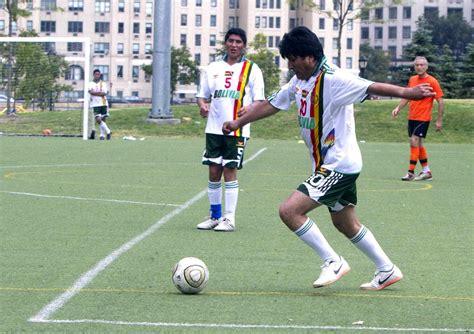 Juego organizado que se basa en la suerte mas que en la habilidad o en la inteligencia de los participantes. El presidente de Bolivia, Evo Morales controla el balón durante un juego de fútbol organizado ...