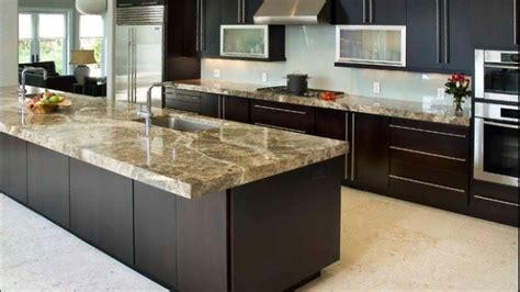 un plan de travail en marbre dans la cuisine